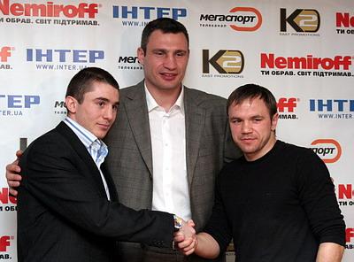 Смотрите фотогалерею Заурбек Байсангуров, Виталий Кличко и Роман Джуман на пресс-конференции в Днепропетровске
