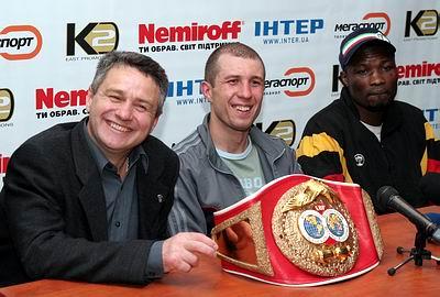 Смотрите фотогалерею Виктор Демченко, Сергей Федченко и Питер Симо на пресс-конференции после боя