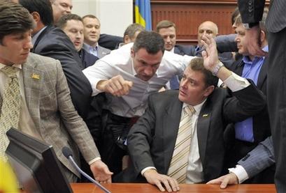 Смотрите фотогалерею Виталий Кличко блокирует трибуну Киевсовета